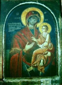 """чудотворная икона Божьей Матери  «Скоропослушница» <p>Как-то ночью трапезарь обители Нил проходил с зажженной лучиной мимо иконы «Скоропослушница» так близко к ней, что копоть от лучины легла на святой лик. Он услышал от иконы голос:</p> <p>- <em>""""Впредь не подходи сюда с зажженной лучиной и не копти Моего образа"""".</em></p> <p>Нил сперва испугался, но потом понял, что с ним говорил кто-нибудь из братии, успокоился и продолжал ходить мимо иконы с зажженной свечой и ненамеренно коптить образ. Тогда от образа второй раз раздался голос:</p> <p>- <em>""""Монах, недостойный этого имени, долго ли тебе так беспечно и бесстыдно коптить Мой образ"""".</em></p> <p>При этих словах трапезарь ослеп. Только тогда он понял, чьи это были слова, и принял наказание, как должное. Поутру братия нашла его распростертым перед иконой и узнали о произошедшем. Образу воздали поклонение, зажгли перед ним неугасимую лампаду, а новоизбранному трапезарю было поручено всякий вечер совершать перед иконой каждение фимиамом.</p> <p>Нил же ежедневно, обливаясь слезами, молил Богоматерь о прощении и решил не отходить от иконы пока не получит исцеления. Молитва его была услышана. Однажды. когда он плакал перед святыней, послышался тихий и милостивый голос:</p> <p>- <em>""""Нил, твоя молитва услышана. Прощаю тебя и вновь даю тебе зрение... Возвести братии обители, что Я — их покров и защита монастыря, посвященного архангелам. Пусть они и все православные прибегают ко Мне в нуждах, и никого Я не оставлю. Всем призывающим Меня буду Я Предстательница, и по ходатайству Моему Сын Мой исполнит прошения их. И будет икона Моя именоваться «Скоропослушницей», потому что всем притекающим к ней буду являть Я милость и услышание скорое"""".</em></p> Нил прозрел, и молва о всем совершившемся перед иконой быстро разошлась по Афону, привлекая множество иноков на поклонение святыне. В Дохиаре было установлено особое и постоянное чествование прославленной иконы. Проход в трапезу, над которым находилась икона, был закрыт, так что обр"""