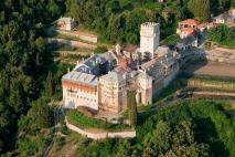 Святой монастырь Каракал Монастырь Каракал расположен на северо-восточном склоне Святой Горы Афон, между монастырями Великая авра и  Иверский монастырь, 200 метров над уровнем моря.