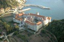 Святой монастырь Эсфигмен <p><strong>Эсфигмен</strong> расположен на северо-восточной стороне Святой Горы Афон.</p>