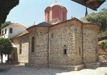 Главный соборный храм <div>Главный соборный храм — (в афонских скитах главный храм называют «Кириакон») посвящен Святому Пантелеймону, был построен в 1790 и расписан фресками в 1868 году.</div> <div>.</div>